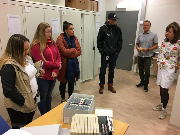Journaliststudentene Maret Inger Anti (f.v), Lea Marakatt, Stine Anti og Johan Thomas Hætta besøkte i forrige uke Samisk arkiv som en del av undervisningen. Foto: Liv Inger Somby