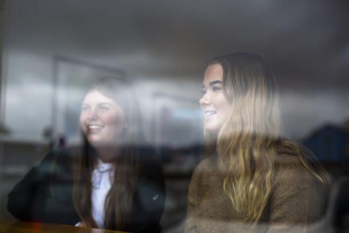 Tiendeklassingene Martine Reinholtsen og Johanne Bergland tror vesterålinger er interessert i det nære. Foto: Kristine Lindebø