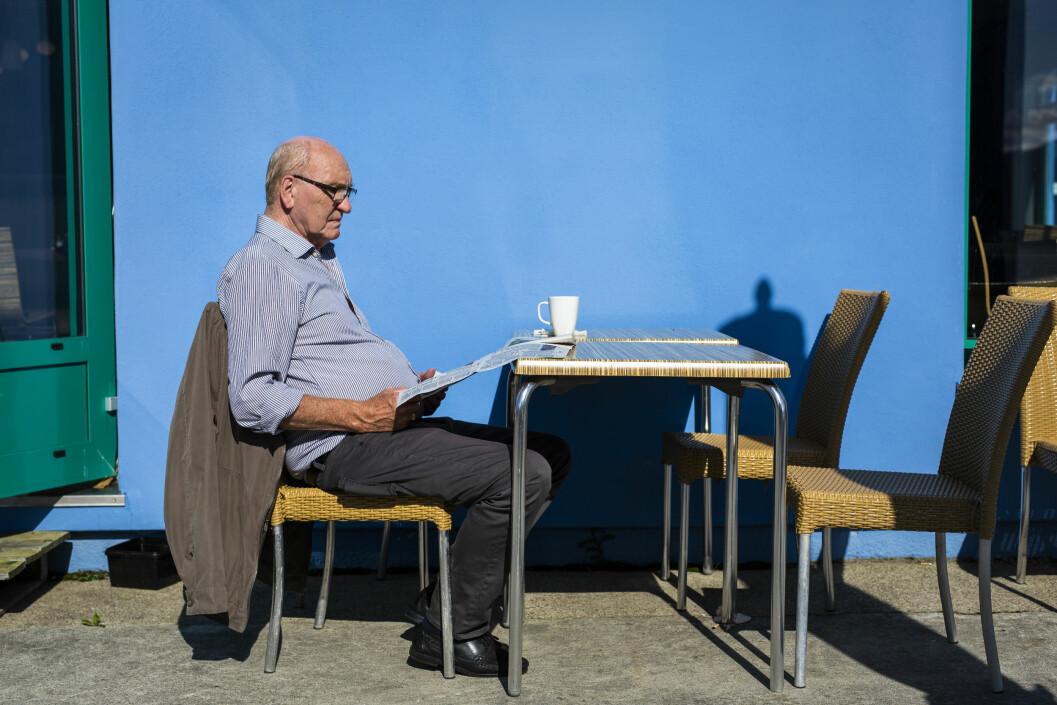 Pensjonist Ivar Pedersen leser Bladet Vesterålen her hver dag. Foto: Kristine Lindebø