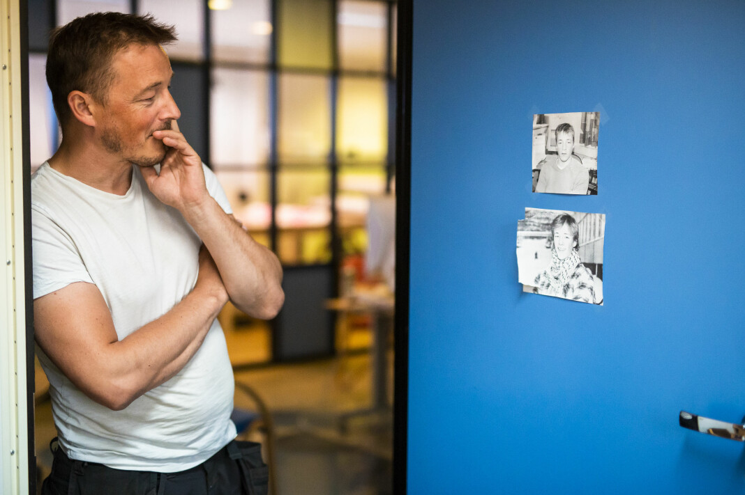 Redaktør Morten Berg-Hansen i Bladet Vesterålen, ser på bilder fra før og like etter han begynte som journalist i den tradisjonsrike avisa. Foto: Kristine Lindebø