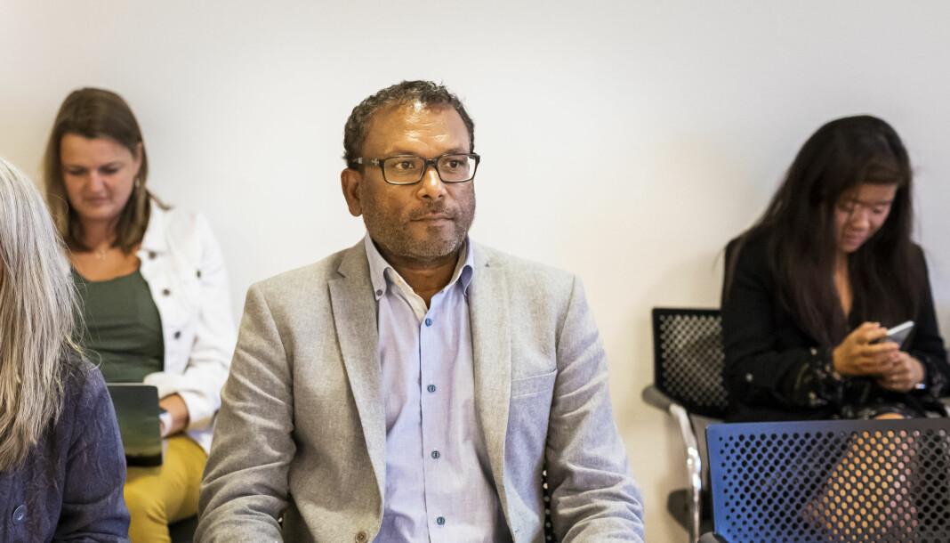Migrapolis-profil Rajan Chelliah måtte fratre NRK-stillingen i høst. Nå venter han på dom fra lagmannsretten. NJ-leder Hege Iren Frantzen i bakgrunnen til venstre, fra Arbeidsretten i 2018.