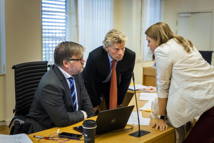 NJ-leder Hege Iren Frantzen snakker med NJs advokat Knut Skaslien og NRKJ-leder Richard Aune i en pause. Foto: Kristine Lindebø