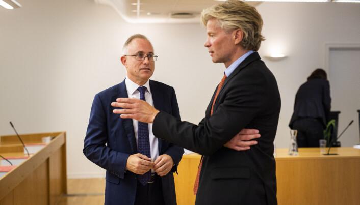 Spekters advokat Tarjei Thorkildsen og NJs advokat Knut Skaslien i samtale i retten. Foto: Kristine Lindebø