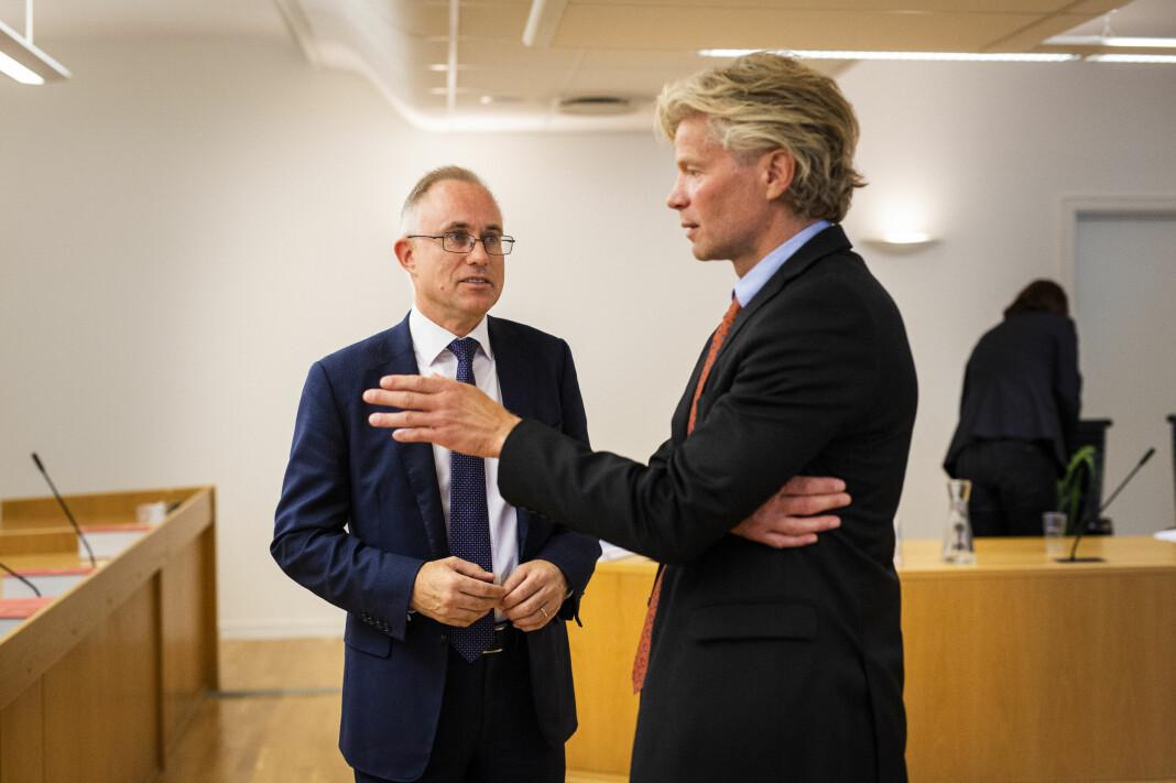Spekter/NRKs advokat Tarjei Thorkildsen og NJs advokal Knut Skaslien snakker sammen etter rettssaken. Foto: Kristine Lindebø
