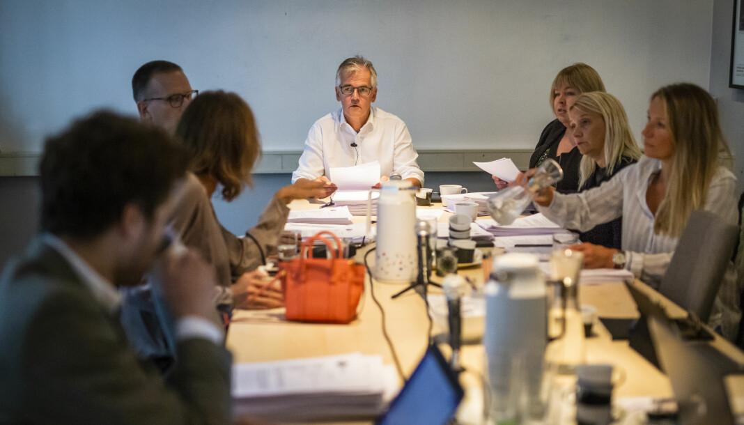 Møte i Pressens Faglige Utvalg (PFU), med leder Alf Bjarne Johansen i midten.