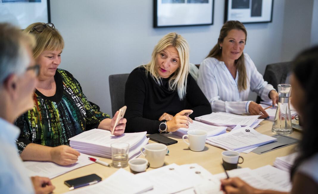 Leder i Norsk Presseforbund, Elin Floberghagen, og PFU-medlemmene Nina Fjeldheim og Liv Ekeberg, under et møte i Pressens Faglige Utvalg. Arkivfoto: Kristine Lindebø