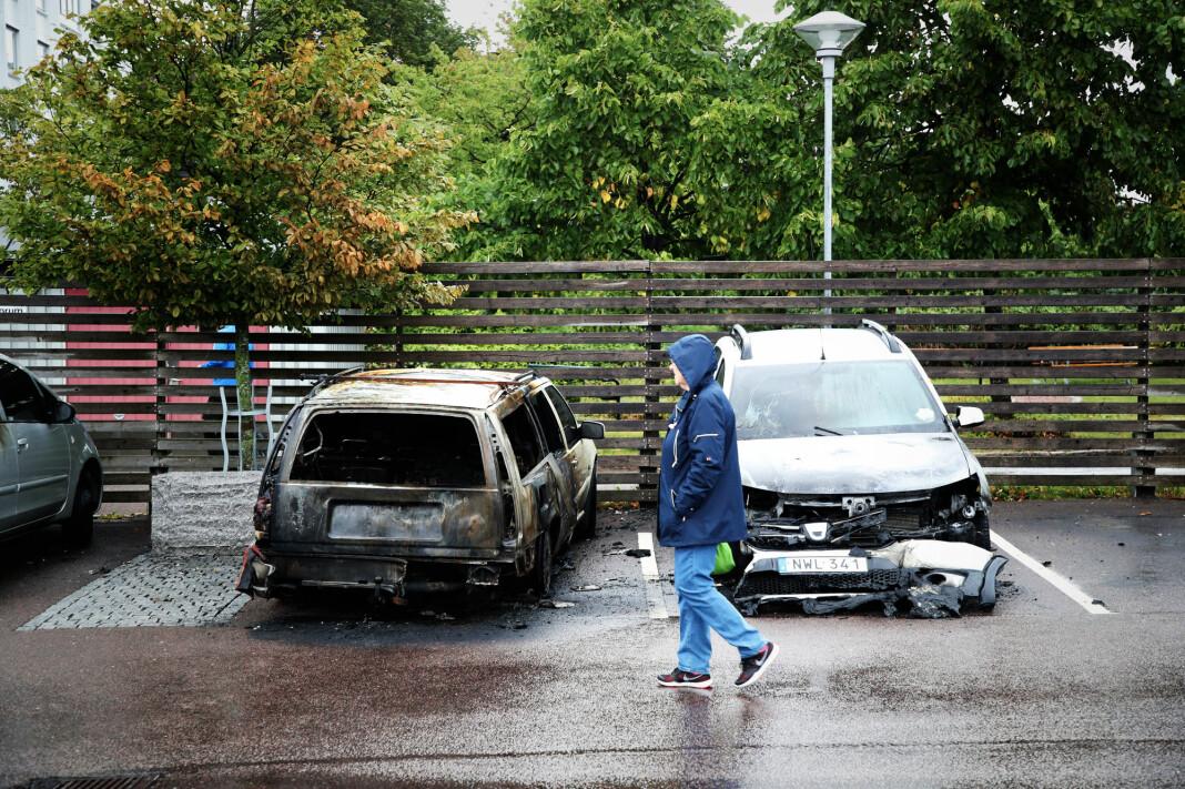 Utbrente biler på en parkeringsplass ved Frölunda torg i Gøteborg. Rundt 80 biler ble enten satt fyr på eller utsatt for hærverk i og utenfor Göteborg mandag 13. august. Foto: Adam Ihse / TT / NTB scanpix