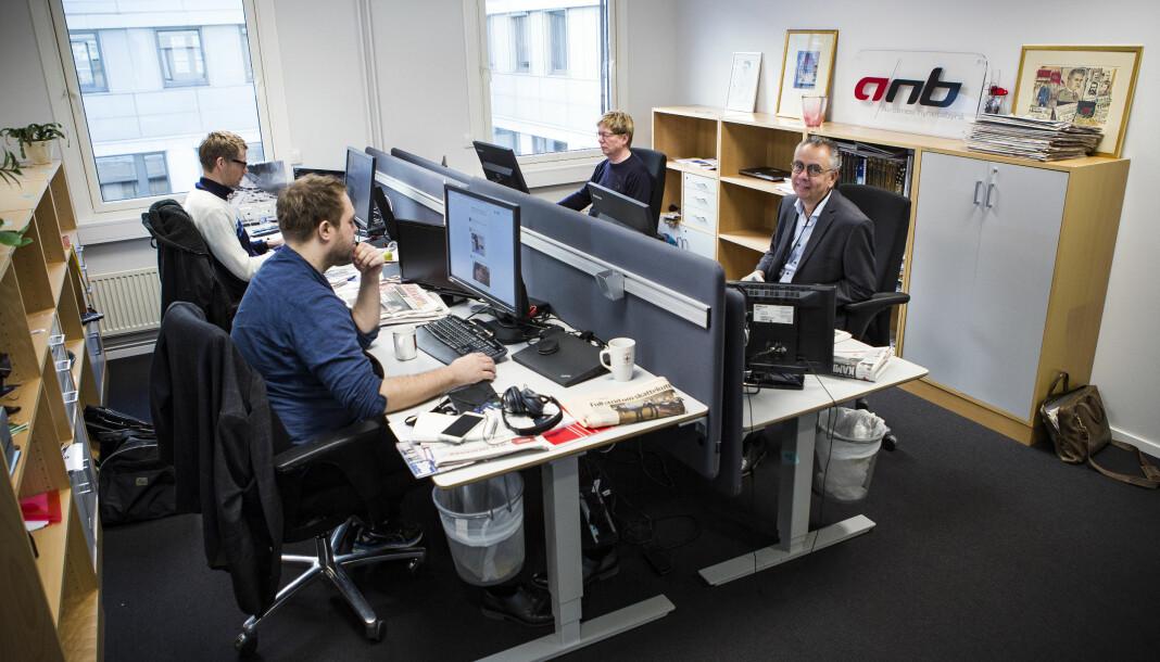 I dag er det fire stykker i ANB-redaksjonen. På nyåret blir eneste ansatt i byrået ansvarlig redaktør Kjell Werner (til høyre). Foto: Ole Palmstrøm / ANB