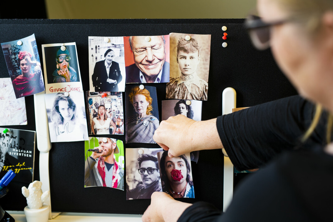 – Jeg trenger en påminnelse om at folk har klart store ting. Ved pulten har Kristina Renate Johnsen portretter av «crewet sitt», folk som går litt utenfor og som hun ser opp til. Foto: Kristine Lindebø
