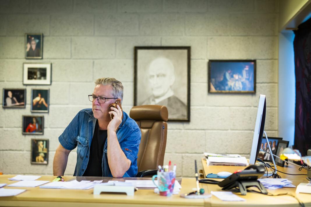 Redaktør Hjalmar Martinussen i Øksnesavisa på kontoret sitt på Myre i Vesterålen.