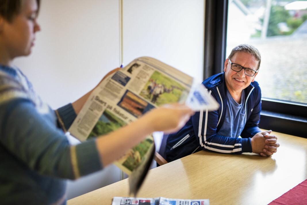 Journalistene Marian Leonhardsen og Svein Arne Nilsen snakker engasjert om alt Øksnes får til. Foto: Kristine Lindebø