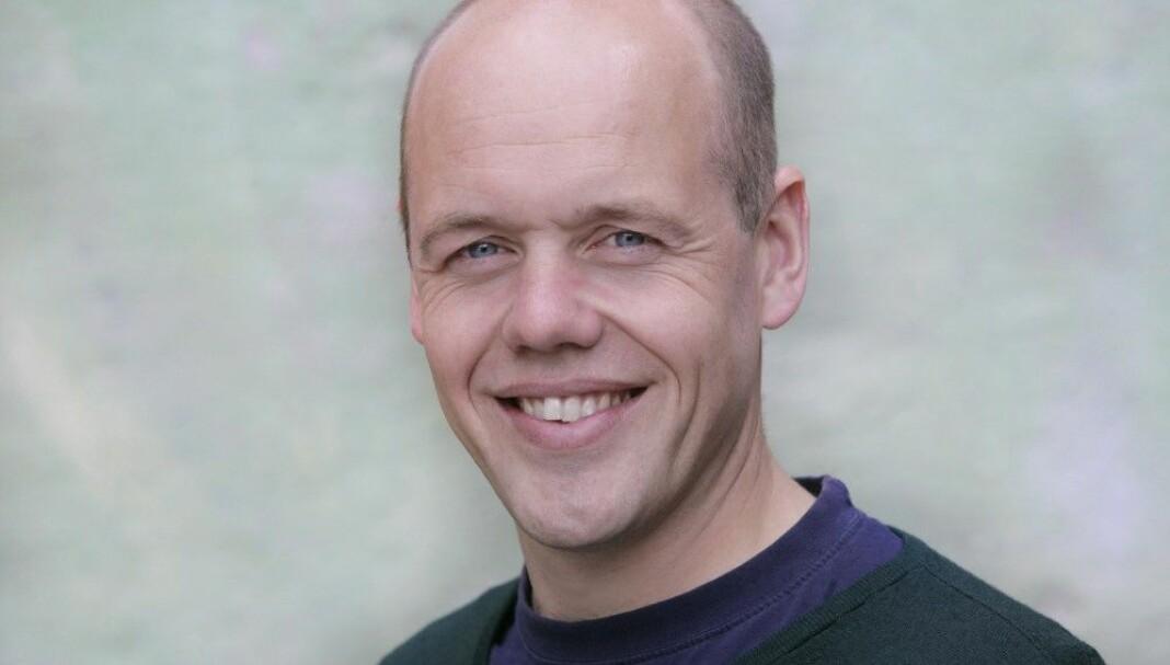 Jostein Giertsen er programleder og reporter i NRK P2. Han har en variert samling bøker på nattbordet. Foto: privat.