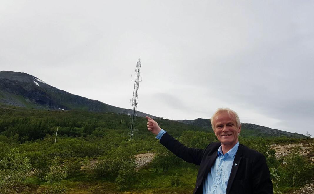 Jan Johnsen oppgraderer FM-senderne til Radio Tromsø, selv om de også er på DAB. Her ved senderen på Kvaløya i Tromsø. Foto: privat