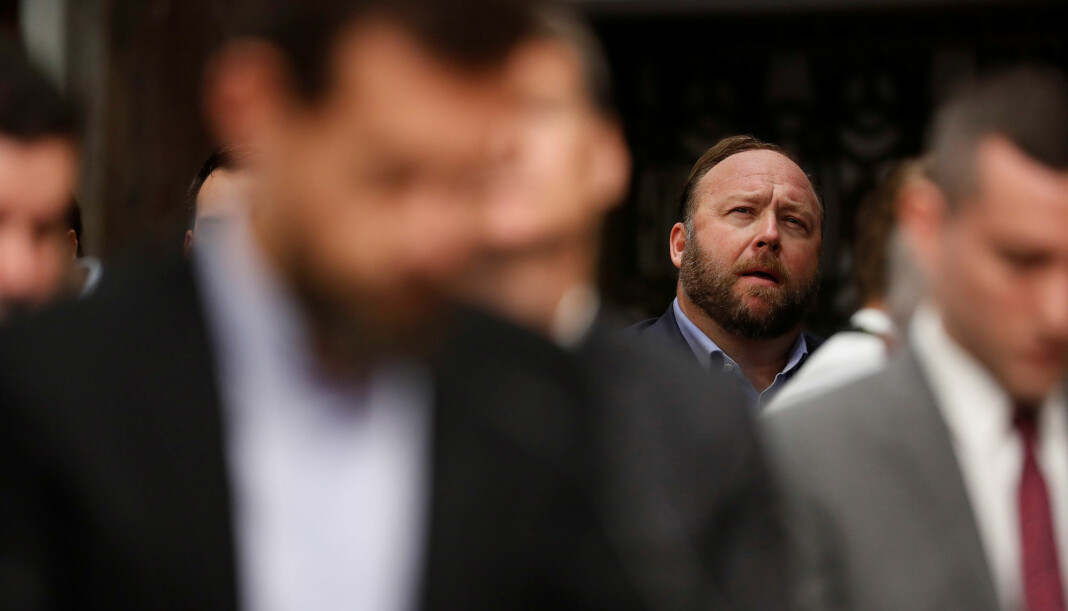 Alex Jones lytter til sosiale medier-topper som forklarer seg for det amerikanske senatet tidligere denne uken. Jones er nå permanent utestengt fra Twitter. Foto: Reuters / NTB scanpix