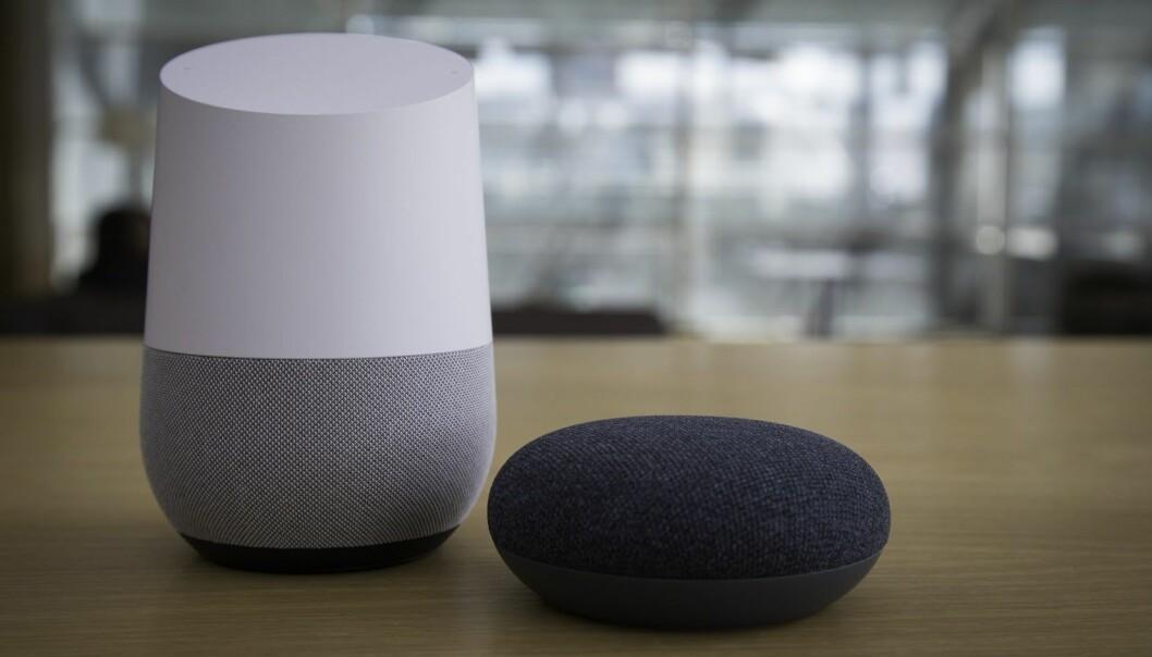 Google Home (til venstre) og Google Home Mini er to av smarthøyttalerne der du blant annet får VG på lyd. Foto: Schibsted