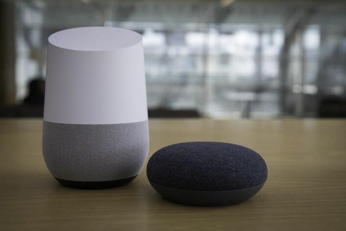 Google Home (til venstre) og Google Home Mini er to av smarthøyttalerne hvor du etter hvert kan få VG på lyd. Inntil videre kan du lytte til VGs nye lydsatsing på mobilen.