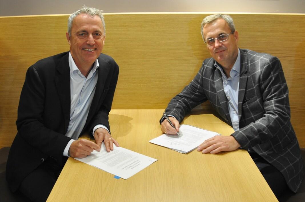 Her signerer Amedias konsernsjef Are Stokstad avtalen med Fagpressens adm.dir. Per Brikt Jensen.