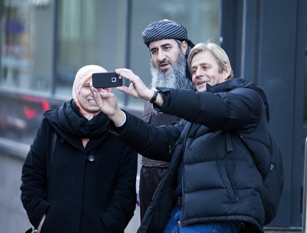 Anders Magnus fikk kontakt med Mulla Krekar ved å ta en «selfie» sammen med han utenfor Oslo Tinghus i 2015. Senere fikk han en intervjuavtale. Magnus mener det er viktig å intervjue ekstreme personer som Krekar. Foto: Gorm Kallestad / NTB scanpix