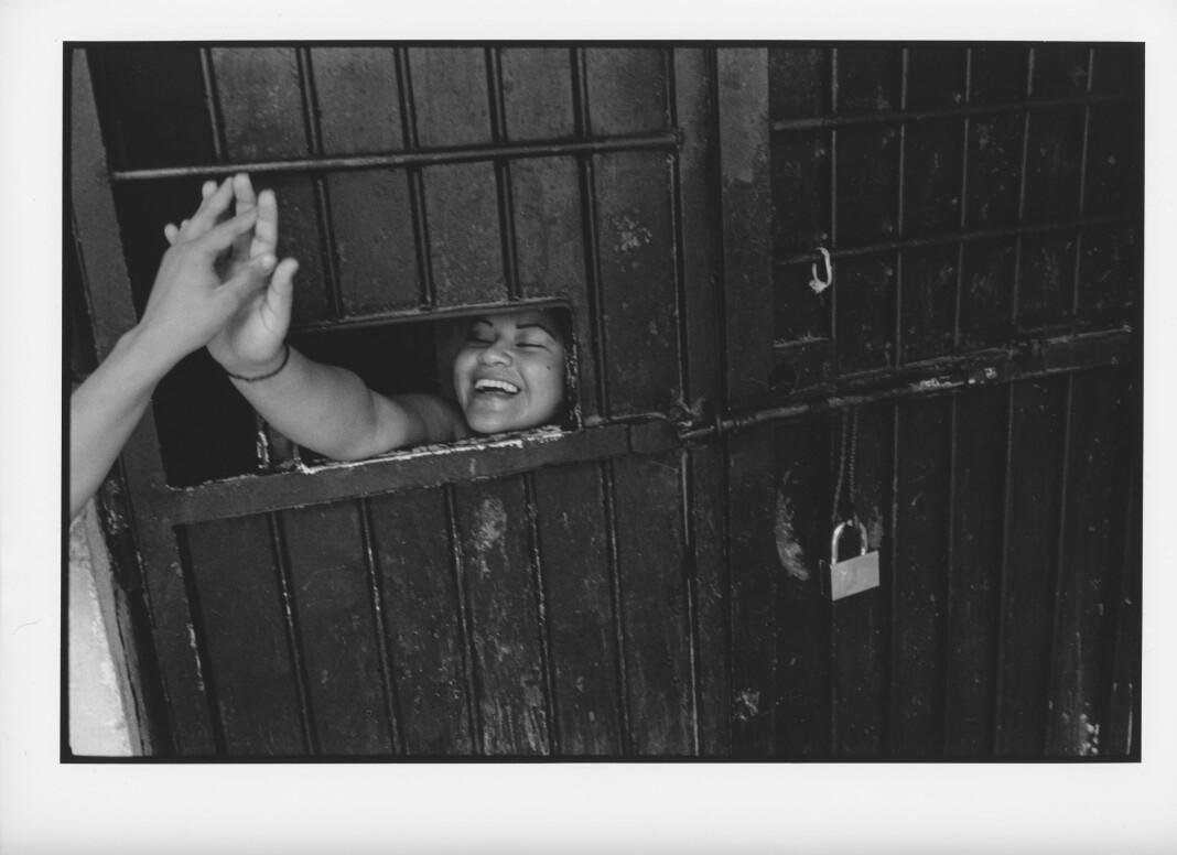 En «high five» med en innsatt venninne som føres forbi gir oppmuntring. Hun har tilbrakt flere dager i den fem kvadratmeter-store isolasjonscellen i Carcel de Mujeres, Ilopango, kvinnefengslet i San Salvador. Foto: Rune Eraker