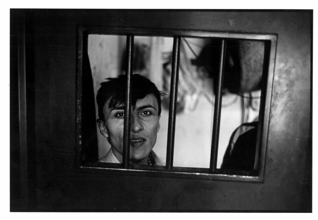 «Fortell verden om oss» stod det på lappen fotograf Rune Eraker fikk fra denne politiske fangen i Colombia i 2001. Setninga ble hos ham, og nå har den blitt utstilling. Foto: Rune Eraker