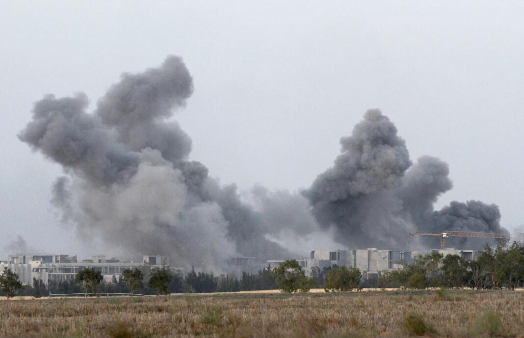 Røyk fra byen Sirte i Libya, etter at NATO-fly har sluppet bomber. Foto: Reuters / NTB scanpix