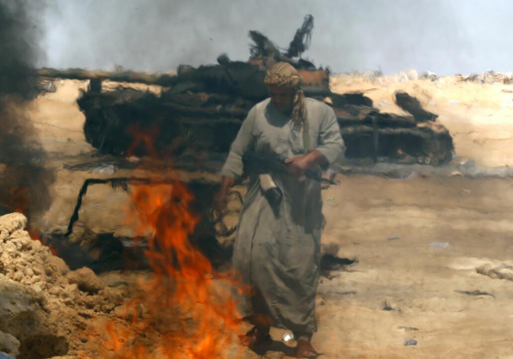 En stridsvogn brenner etter å ha blitt truffet av NATO-bomber. Foto: Reuters / NTB scanpix