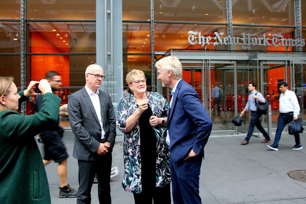 Kulturminister Trine Skei Grande intervjuer allmennkringkastingssjefene Thor Gjermund Eriksen (til venstre) og Olav T. Sandnes til Facebook-siden sin utenfor New York Times-hovedkvarteret på Manhattan. Foto: Emil L. Mohr
