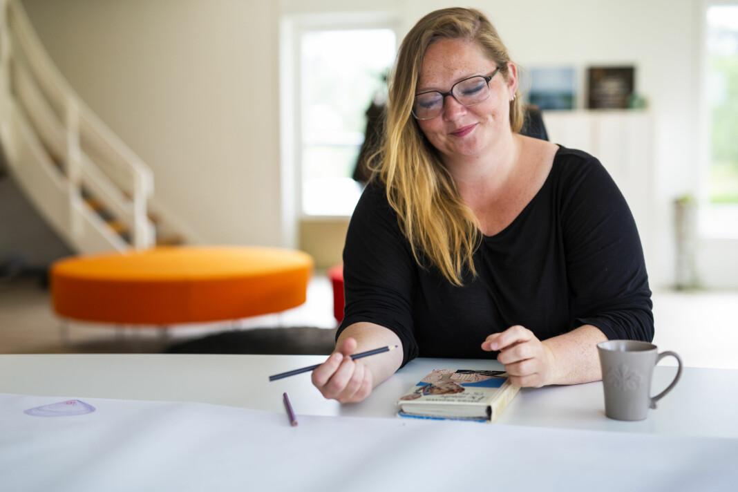 – Det er som å få en fisk, du kan tilberede på mange måter, sier Kristina Renate Johnsen. Slik tenker hun om idéarbeid og den kreative friheten i Yderst. Foto: Kristine Lindebø
