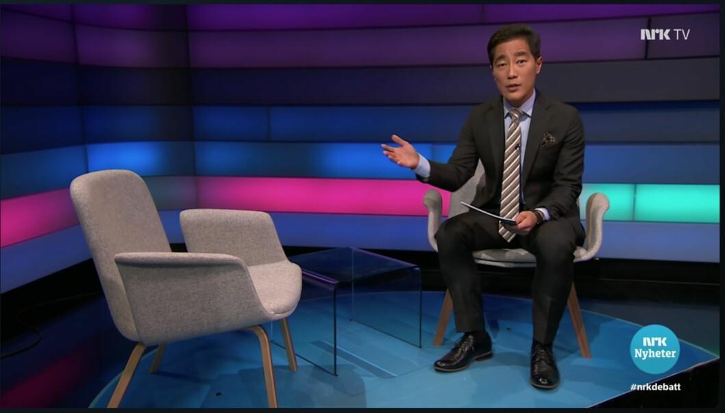 Programleder for Debatten Fredrik Solvang gjør publikum oppmerksom på at en person nektet å stille til intervju. Foto: Skjermdump nrk.no
