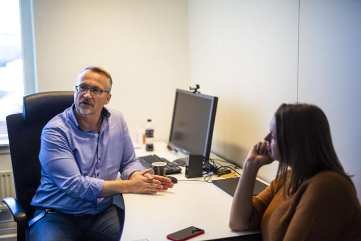 Torbjørn Brenna og Hege Iren Frantzen på Brennas kontor i NJ. Foto: Kristine Lindebø