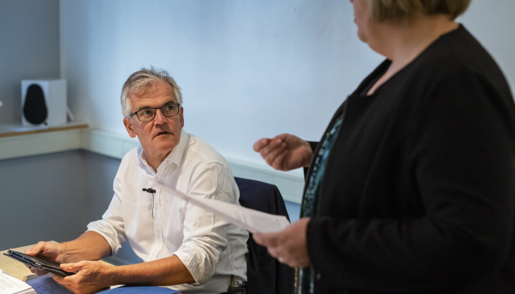 PFU-leder Alf Bjarne Johnsen var med på å behandle blant annet klagen mot lokalavisa Raumnes onsdag 23. januar. Her med generalsekretær Elin Floberghagen i Norsk Presseforbund. Foto: Kristine Lindebø
