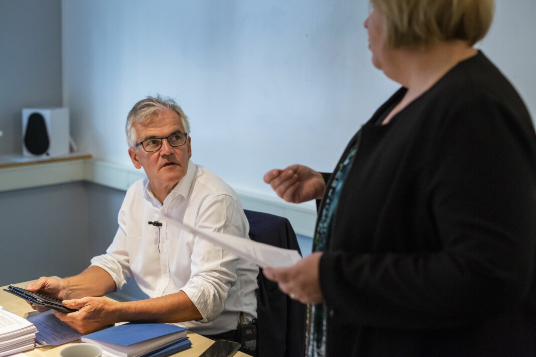 Møte i Pressens Faglige Utvalg. Generalsekretær Elin Floberghagen i dialog med PFU-leder Alf Bjarne Johnsen. Foto: Kristine Lindebø