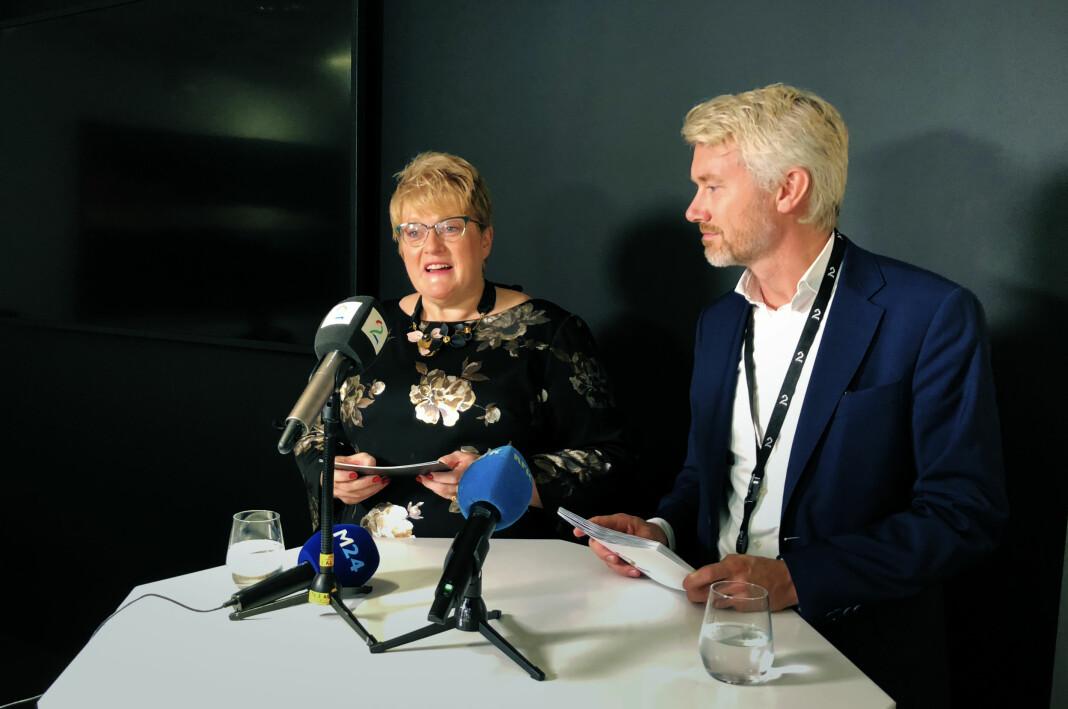 Kulturminister Trine Skei Grande (V) og TV 2-sjef Olav Sandnes undertegnet onsdag formiddag avtalen mellom TV 2 AS og staten ved Kulturdepartementet om kommersiell allmennkringkasting. Foto: TV 2