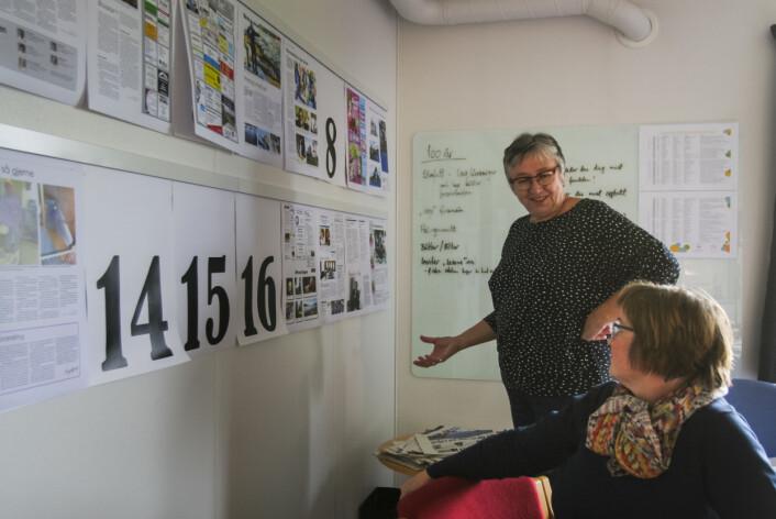 Ansvarlig redaktør og daglig leder Janne Hopmo (t.v) diskuterer forrige ukes avis med markedsansvarlig Irene Røkke. Foto: Guro Flaarønning