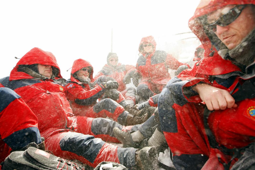 Kalde norske journalister på jobb på den andre siden av jordkloden. Foto: Heiko Junge / NTB scanpix