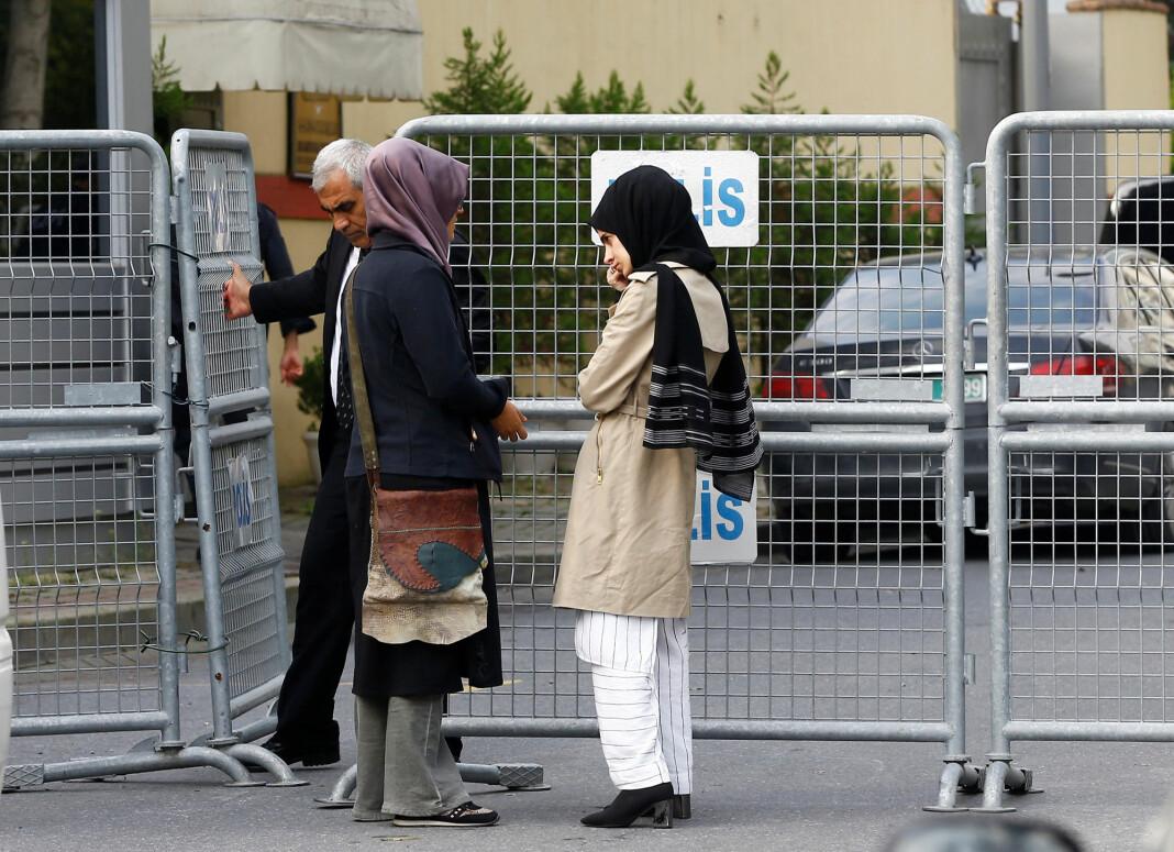 Jamal Khashoggis forlovede og en venninne utenfor det saudiarabiske konsulatet i Istanbul. Foto: Osman Orsal / Reuters / NTB scanpix