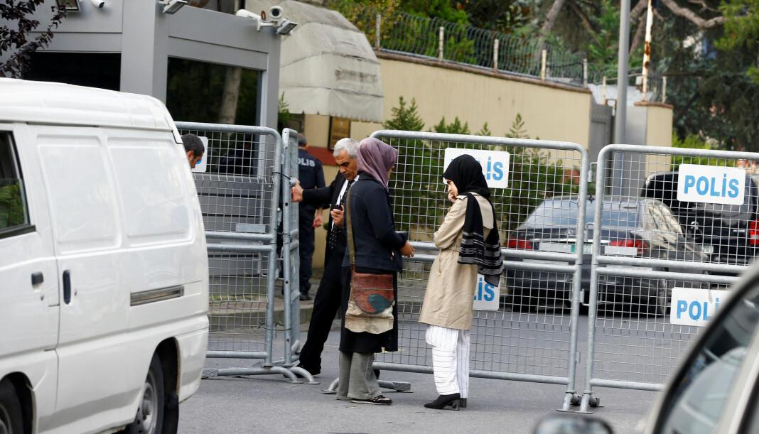 Den saudiarabiske journalisten og regimekritikeren Jamal Khashoggi er savnet etter å ha besøk hjemlandets konsulat i Istanbul i Tyrkia. Her er hans forlovede utenfor konsulatet. Foto: Reuters / NTB scanpix