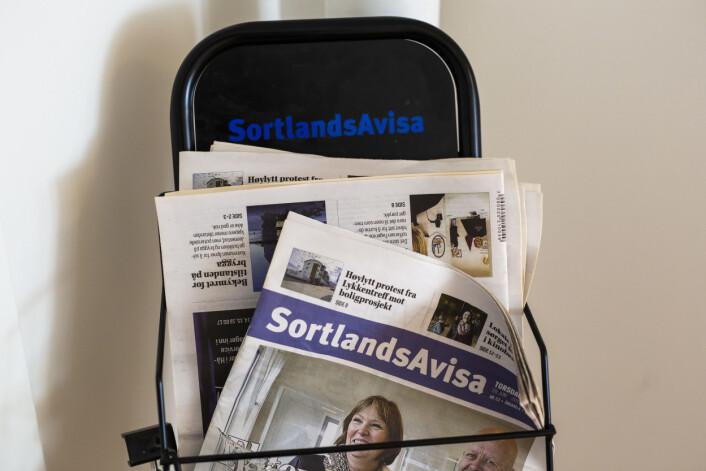 Siste utgave av Sortlandsavisa kom ut i fjor, men fortsatt står et stativ med gamle aviser i Vol-redaksjonen.