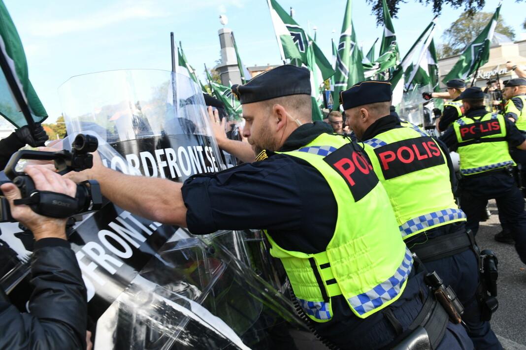 Nordiske motståndsrörelsen (NMR) og politi under nazimarsjen i Göteborg i slutten av september i fjor. Foto: Fredrik Sandberg / TT / NTB scanpix.