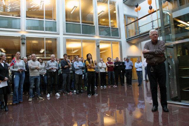 Ansatte sang bursdagssang for sjefen, Trygve Hegnar. Foto: Glenn Slydal Johansen