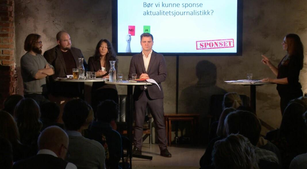I panelet: Fra venstre Harald Klungtveit (Filter Nyheter), Erik Waatland (Medier24), Anne Weider Aasen (TV 2 og PFU) og Espen Egil Hansen (Aftenposten). Debattleder var Elin Ludvigsen (TV 2). Bakhodet til Arne Jensen kan sees nederst til venstre. Foto: Skjermdump