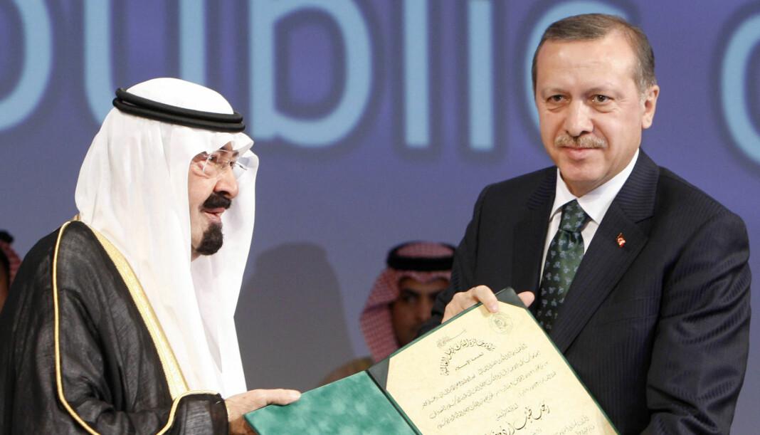 Kong Salman (t.v.) og president president Recep Tayyip Erdogan har snakket sammen på telefon om forsvinningen til journalisten Jamal Khashoggi. Bildet er fra et tidligere møte mellom de to. Foto: Reuters / NTB scanpix
