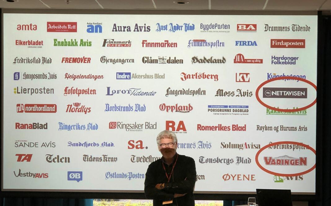 Stig Finslo med alle avisene til Amedia. De to med ring rundt, Varingen og Nettavisen, er de to siste medlemmene av Amedia-familien. Foto: Roger Aarli-Grøndalen.