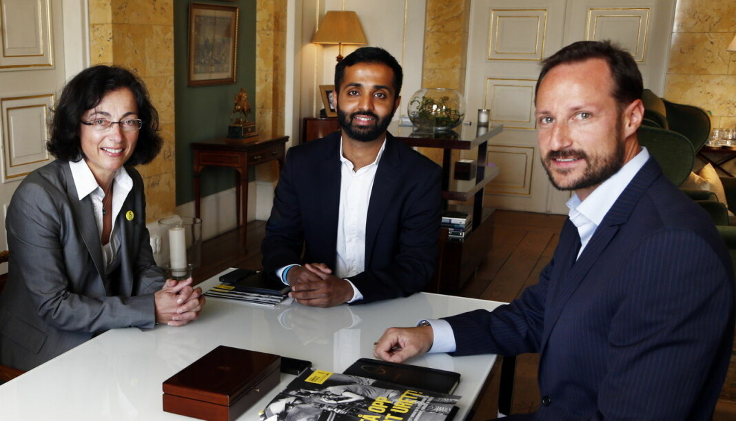 Ahmed Fawad Ashraf sammen med Kari Bucher, på dette tidspunktet leder for tv-aksjonen i NRK, og kronprins Haakon. Foto: Lise Aaserud / NTB scanpix