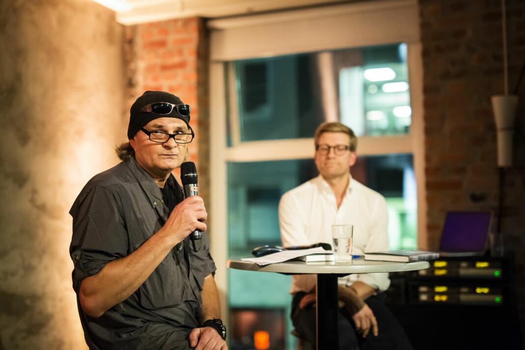 Harald Henden og Svein Tore Bergestuen snakket om Hendens opplevelser fra felten under boklanseringa av «I krig og ensomhet». Foto: Kristine Lindebø