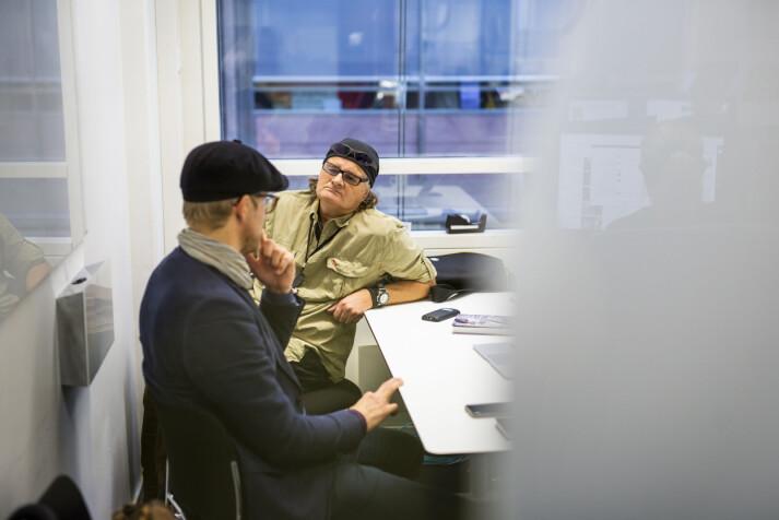 Forfatter Svein Tore Bergestuen og fotograf Harald Henden forbereder boklanseringa for boka om Hendens liv. Foto: Kristine Lindebø