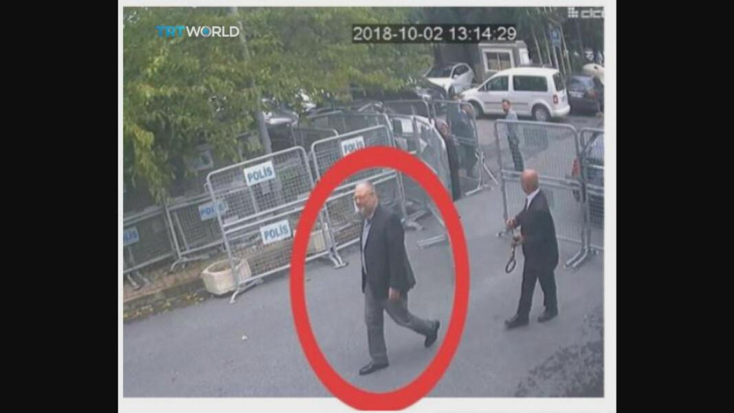 Den tyrkiske kringkasteren TRT World publiserte søndag dette lekkede bildet fra et overvåkingskamera utenfor det saudiarabiske konsulatet i Istanbul, som skal vise Jamal Khashoggi på vei inn i bygningen 2. oktober. Foto: CCTV/TRT World via Reuters / NTB scanpix