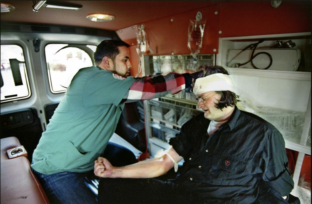 Harald får behandling i en ambulanse på vei til sykehuset i Ramallah, etter å ha blitt skutt i hodet på Vestbredden i 2001. Foto: Jon Magnus/VG