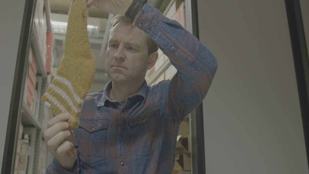 Øystein Milli med den etter hvert så berømte Orderud-sokken. Bildet er fra tv-serien «Gåten Orderud».