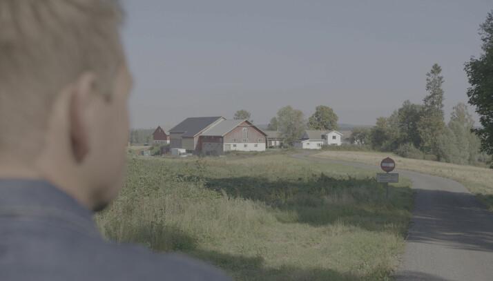 Øystein Milli på plass i Sørum. Foran ham ligger gården Orderud. Foto: Monster